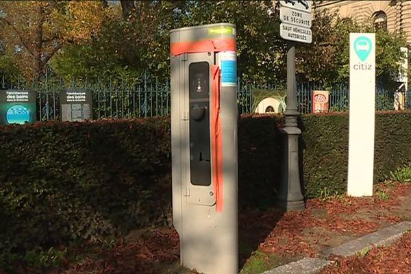 L'une des actuelles bornes de recharge électrique du centre-ville de Strasbourg, en piteux état