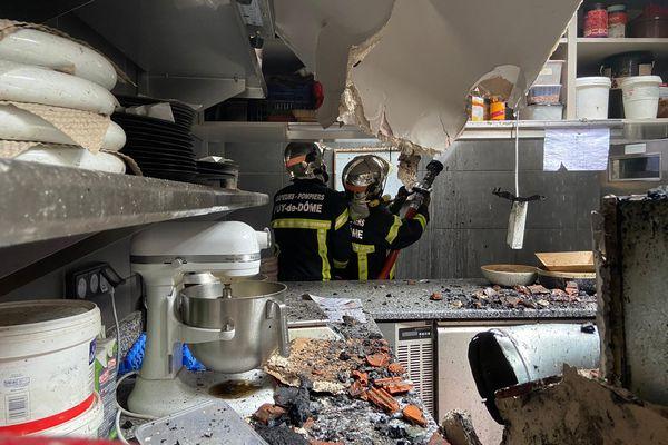 Dernières extinctions dimanche matin pour les pompiers du SDIS 63 à l'intérieur de l'Auberge du Pont