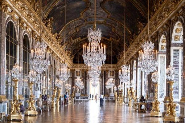 Peu de visiteurs au château de Versailles, qui ouvre ses portes en jauge réduite du fait des mesures sanitaires mises en place pour lutter contre l'épidémie de la Covid-19.