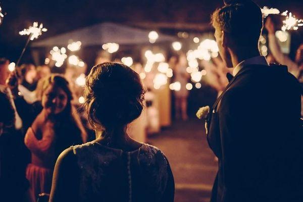 """Les fêtes privées, comme les mariages ou les soirées étudiantes, qui se tiennent dans des salles des fêtes, dans des salles polyvalentes ou tout autre établissement recevant du public seront interdites"""" sur l'ensemble du territoire."""