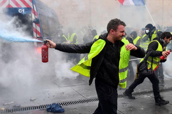 """un manifestant en gilet jaune lors de l'""""Acte III"""" de la mobilisation des gilets jaunes le 1er décembre à Paris."""