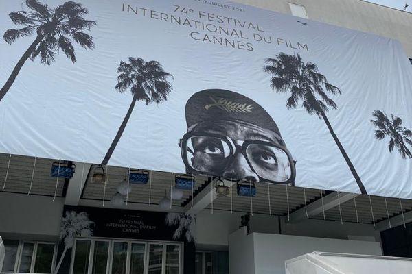 Juste au-dessus des marches du Palais des Festivals, la grande affiche du Festival de Cannes 2021 est désormais installée.