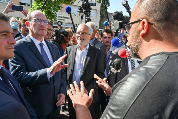 Le Premier ministre Jean Castex (au centre) discute avec un habitant du quartier des Grésilles, en compagnie du ministre de l'Intérieur Gérald Darmanin (gauche) et du maire PS de Dijon François Rebsamen (droite) le 10 juillet 2020.