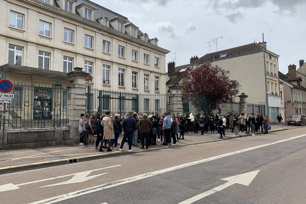 Dès 12h30 une centaine d'amis, de proches des victimes se pressent devant le Palais de Justice de Troyes. Ils sont venus honorer la mémoire d'Enzo, Camille et Corentin.