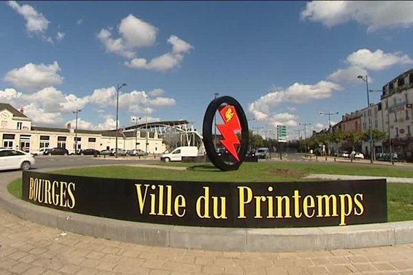 Dès la sortie de la gare, les touristes sont accueillis par l'emblème du Printemps de Bourges.