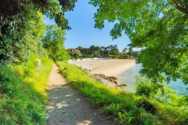 La plage Saint-Nicolas à Port Manec'h est aujourd'hui une plage familiale dédiée à la plaisance. A la Belle Epoque, elle fut un haut lieu de villégiature prisé par une clientèle attirée par la présence, à quelques encablures de là, des peintres de Pont-Aven.