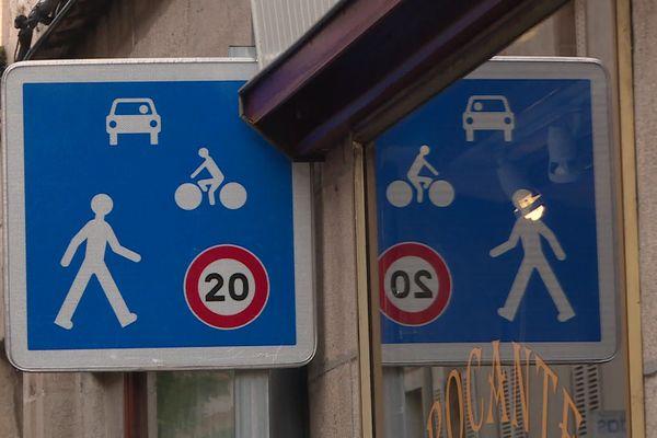 La zone de rencontre, limitée à 20km/h, concerne le centre ville historique
