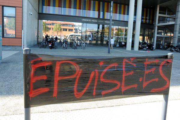 Les services de gériatrie et de cardiologie du CHU de Toulouse sont en grève depuis plusieurs semaines pour dénoncer des conditions de travail dégradées mettant en danger les soignants comme les soignés. Illustration d'une grève devant de CHU de Purpan à Toulouse.