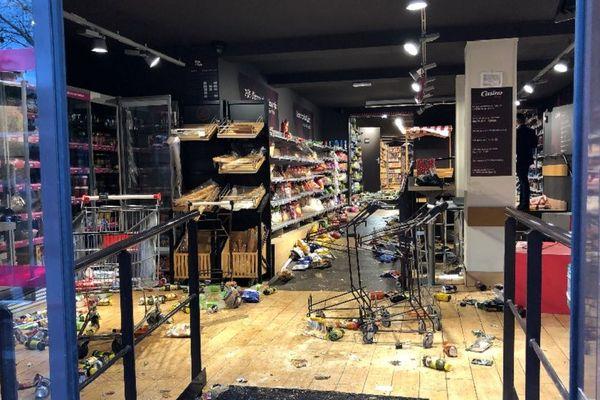 1er décembre 2018 : des commerces pris pour cibles à Saint-Etienne par des casseurs. Un magasin de la rue du 11 novembre.