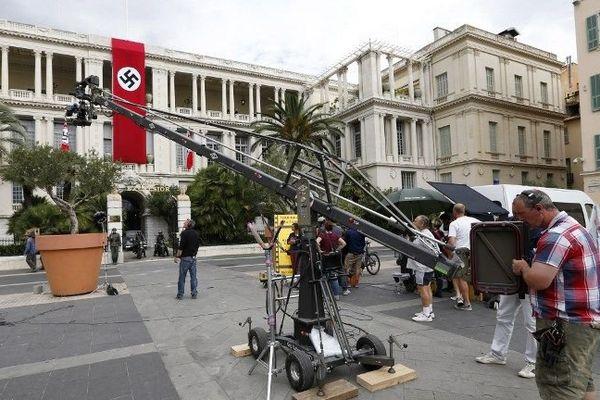 """Dans le film, le palais préfectoral représente """"l'Hôtel Excelsior"""" réquisitionné en septembre 1943 par Aloïs Brünner, chef du commando SS à Nice, pour en faire le quartier général de la section anti-juive."""