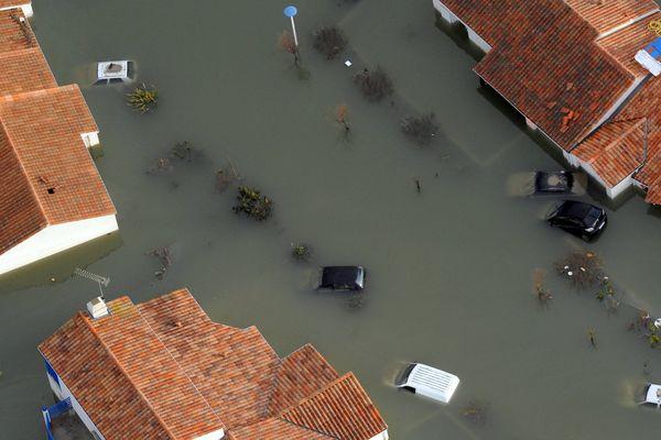 Vue aérienne des communes de la Faute sur mer et L'aiguillon sur mer après le passage de la tempête Xynthia
