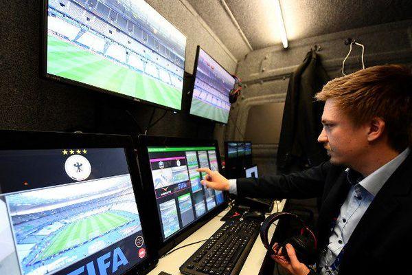 Un technicien fait des vérifications sur le système d'arbitrage, testé lors du match amical France-Espagne au Stade de France, le 28 mars 2017.