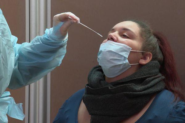 Un test de dépistage du coronavirus pratiqué à la salle de l'Aubette, place Kléber, Strasbourg.