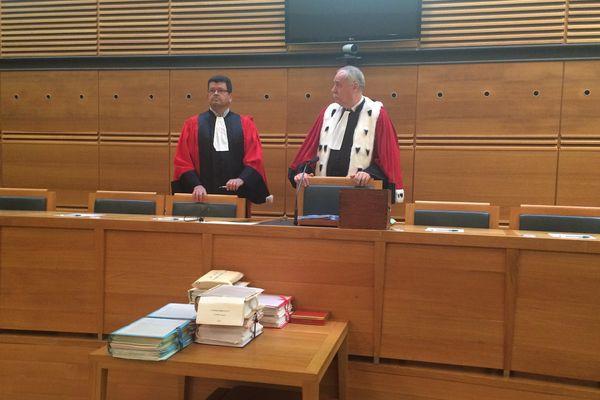 Depuis ce lundi comparaît devant la cour d'assises d'Aix-en-Provence Yoan Gomis dans une affaire de viol qui a valu à son frère jumeau monozygote d'effectuer dix mois de détention provisoire, en partie parce qu'il partage le même ADN. Sur cette photo, le Président Jean-Luc Tournier et l'un de ses assesseurs.