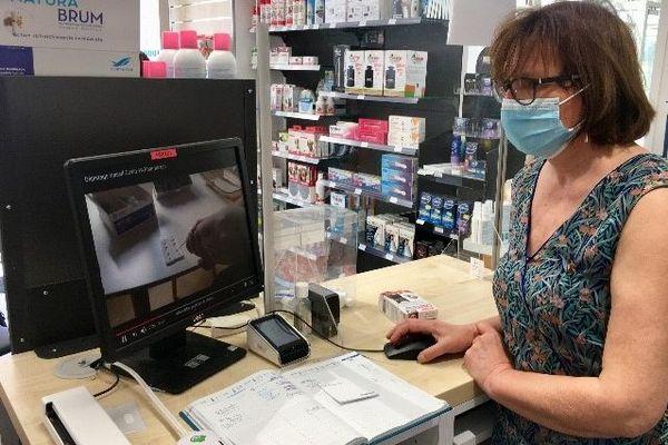 Guilène Tabary, pharmacienne à Poitiers, passe sa première commande de tests.