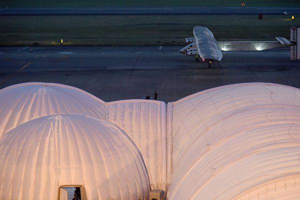 L'avion révolutionnaire Solar Impulse 2, qui a dû renoncer à décoller du Japon, était remisé dans son hangar mobile.
