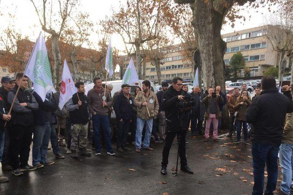les agriculteurs sont réunis ce matin devant la direction des territoires du Gers