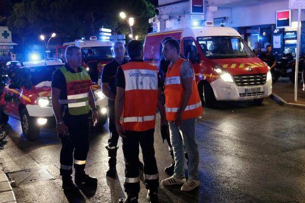 Des secours sont déployés à Juan-les-Pins (Alpes-Maritimes), dimanche 14 août 2016, après un mouvement de panique causé par un véhicule pétaradant dans les rues