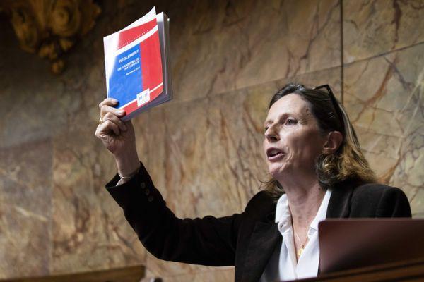 La députée de l'Hérault (proche RN) Emmanuelle Ménard lors du débat sur la loi bioéthique, octobre 2019