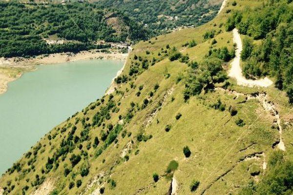 Le Lac du Chambon avec la fracture au premier plan à droite