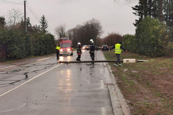 Un poteau électrique est tombé sur la D 300 sur la commune de Joué l'Abbé dans la Sarthe.