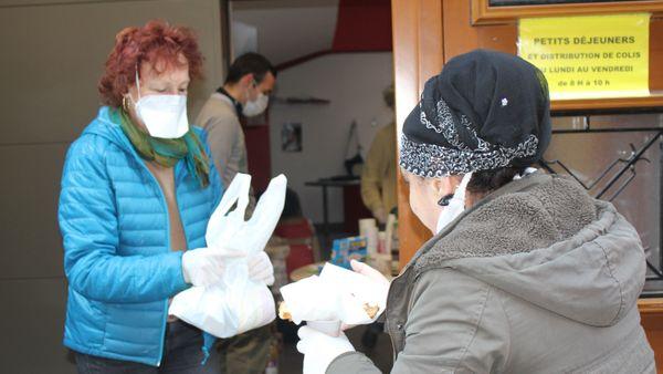 Bénévole et bénéficiaire de Caritas Alsace lors d'une permanence à Strasbourg.