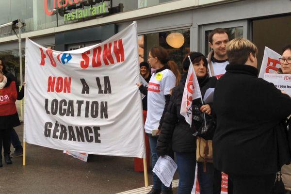 """Les salariés  de l'hypermarché  SDNH Carrefour  Beaune protestent contre le """"plan de transformation"""" lancé par la direction."""