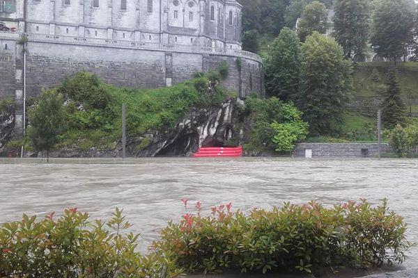 La grotte de Lourdes est protégée par des boudins face à la montée du Gave.