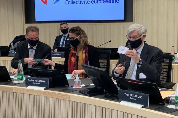 Yves Le Tallec procède au dépouillement lors de l'élection du président de la Collectivité européenne d'Alsace.