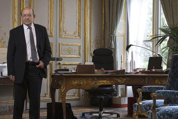 Jean-Yves Le Drian dans son bureau du ministère de la Défense