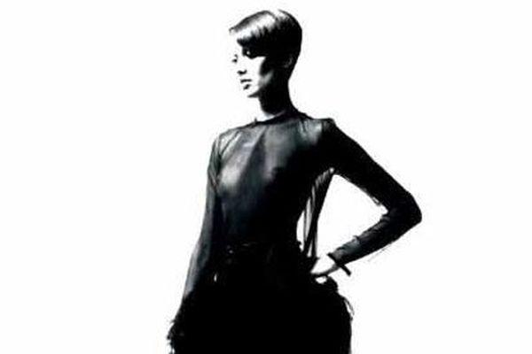Cette robe longue en mousseline noire, ornée de plumes d'autruches au niveau des petites hanches, ras du cou, buste dos fendu, manches longues, jupe souple Petite griffe blanche, graphisme noir, était estimée entre 13 000 et 15 000 euros. Elle a été adjugée à 118 750 euros (avec les frais).