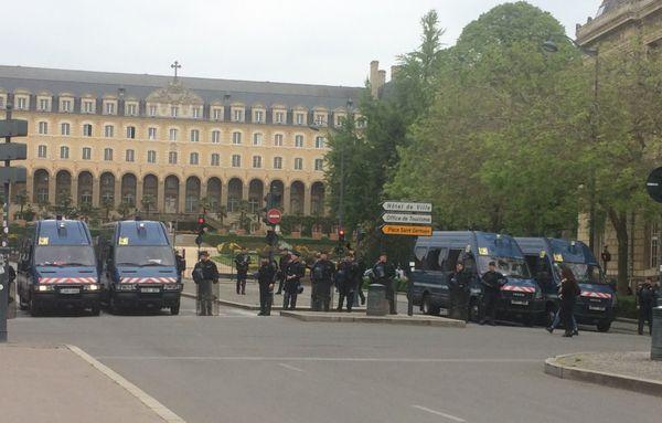 Les forces de l'ordre en nombre, bloquent certains accès du centre-ville de Rennes