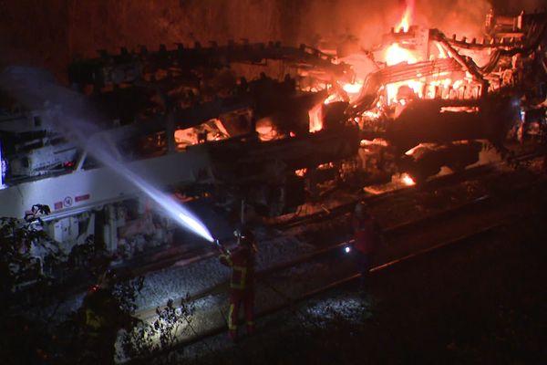 L'un des wagons du train spécial effectuant les travaux sur la ligne POLT a pris feu.