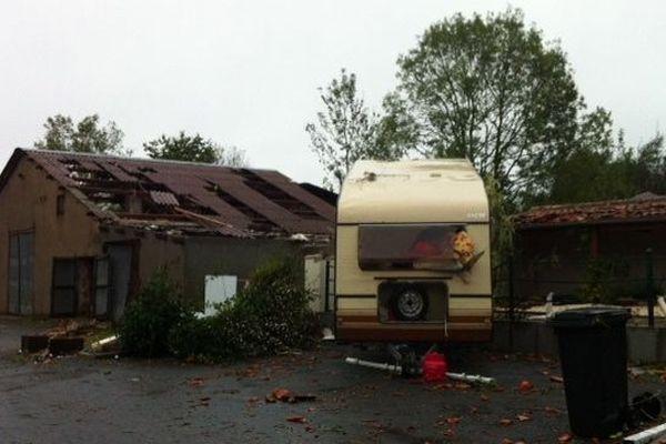 A Saint-Hilaire-le-Vouhis une mini-tornade a touché le bourg dans un couloir d'un kilomètre de large provoquant des dégâts comme des toitures arrachées, ou voitures cassées.