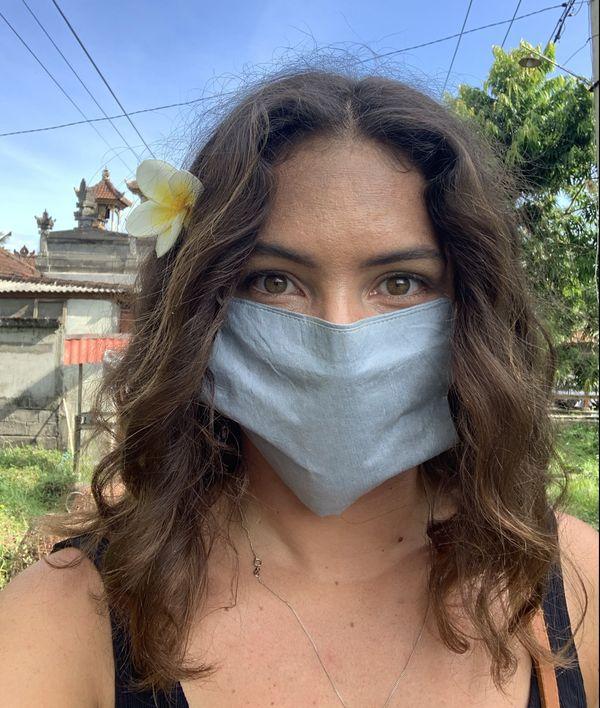 La sportive Anaïs Caradeux doit porter un masque pour se rendre dans les magasins en Indonésie.