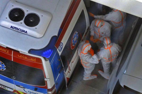 Des médecins intervenant vendredi au Crowne Plaza Hotel sur Yas Island à Abou Dhabi où deux Italiens ont été testés positifs au coronavirus Covid-19.