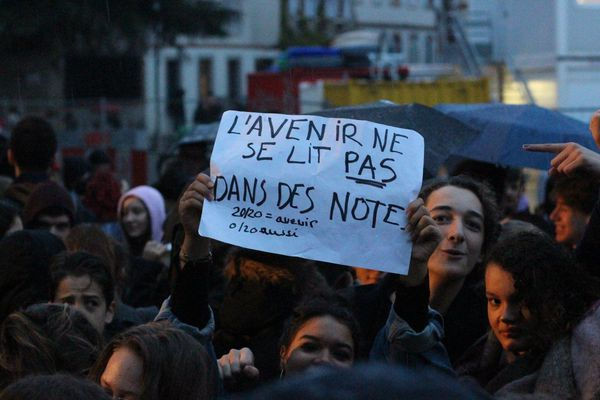 Dans un climat social de défiance, les lycéens expriment leurs inquiétudes face à la réforme du bac.