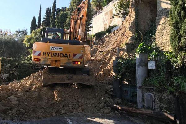 Des centaines de mètres cubes de terre recouvrent toujours l'avenue de Pessicart ce dimanche à 10 heures.