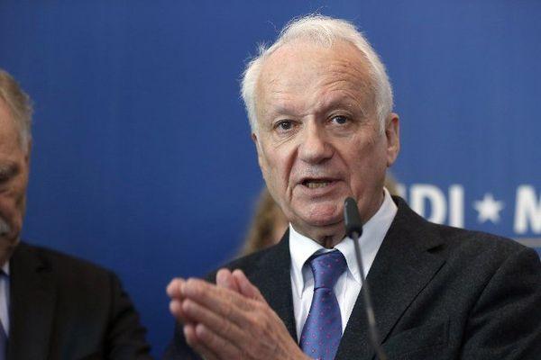"""Présentateur de l'émission """"La Marche du siècle"""" à la fin des années 1980, Jean-Marie Cavada a également été président de Radio France. En 2004, il quitte ce poste pour se lancer en politique. Il conduit alors la liste de l'UDF pour les européennes dans le Sud-Ouest et est élu eurodéputé."""