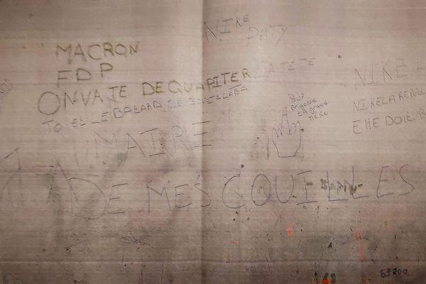 Les inscriptions immédiatement effacées ce 6 novembre 2020, menacent le maire de Givors ainsi qu'Emmanuel Macron, de décapitation.