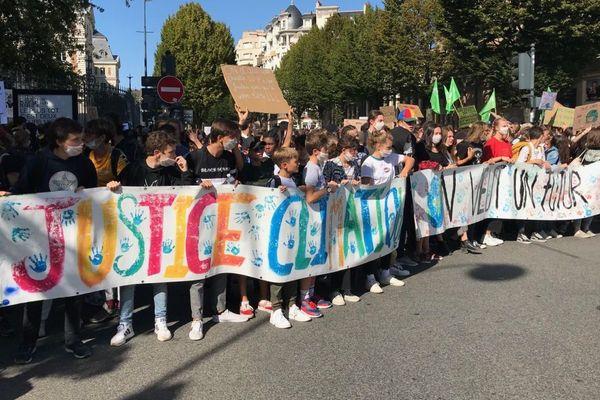 Plusieurs milliers de jeunes ont marché pour le climat ce vendredi dans les rues de Rennes