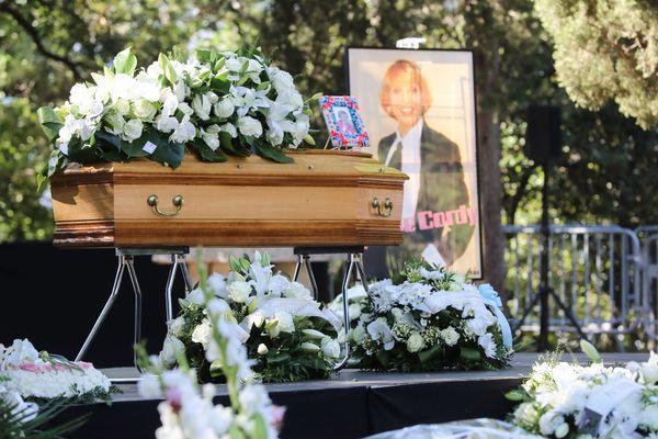 Le cercueil d'Annie Cordy, à Cannes, ce samedi après-midi,