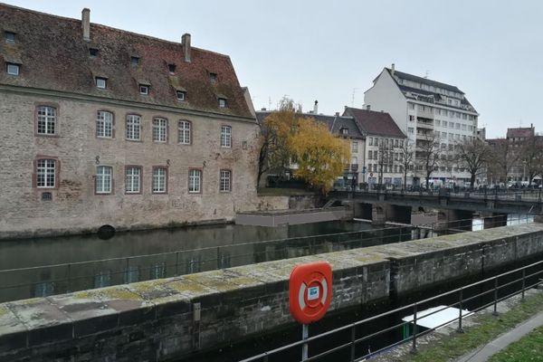 Projection de la nouvelle passe à poissons le long du bâtiment de l'ex-ENA et du quai Altorffer