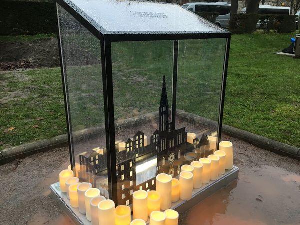 La stèle est en verre, et fait apparaître un dessin conçu par l'une des victimes.