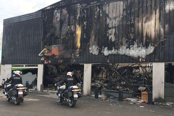 L'incendie a ravagé le magasin de motos à Villers-Semeuse dans les Ardennes.