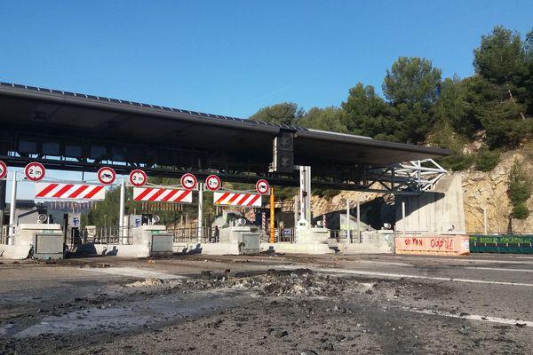 Au lendemain de l'incendie, tout le long du péage de Bandol est endommagé.
