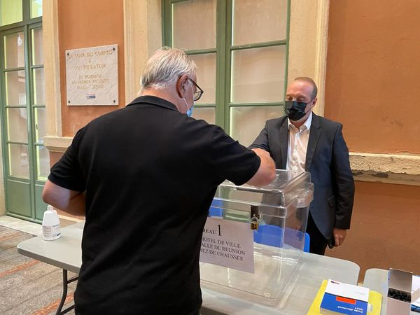 Ouverture des bureaux de vote à Ajaccio