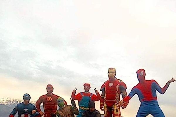 Sept super-héros ont descendu en rappel la façade du CHU de Grenoble pour faire sourire les enfants hospitalisés.