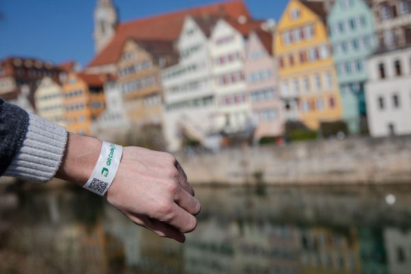 Un bracelet avec QR code, comme attestation de test anti-covid, est expérimenté à Tübingen en Allemagne