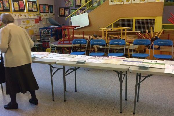 Certains bulletins de vote sont absents des tables dans les bureaux de vote. Certains listes n'ont pas les moyens d'en fournir dans les milliers de bureaux qui maillent le territoire hexagonal